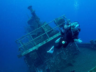 Scuba Diving: Advanced diving for certified divers in Santorini