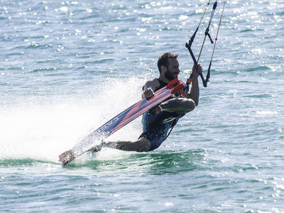 Kitesurfing: Kitesurfing camp in Lefkadi, Evia Island