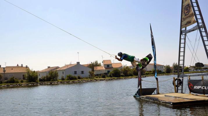 Wakeboard-La Roche-sur-Yon-Session Wakeboard sur Cable 2.0 (bi poulies) sur le Lac d'Apremont, Vendée-6