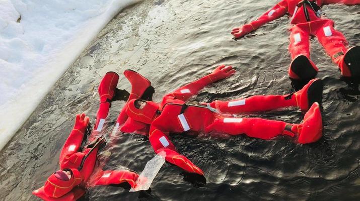 Experiencias en la nieve-Rovaniemi-Experiencia de flotación en hielo en Laponia-6